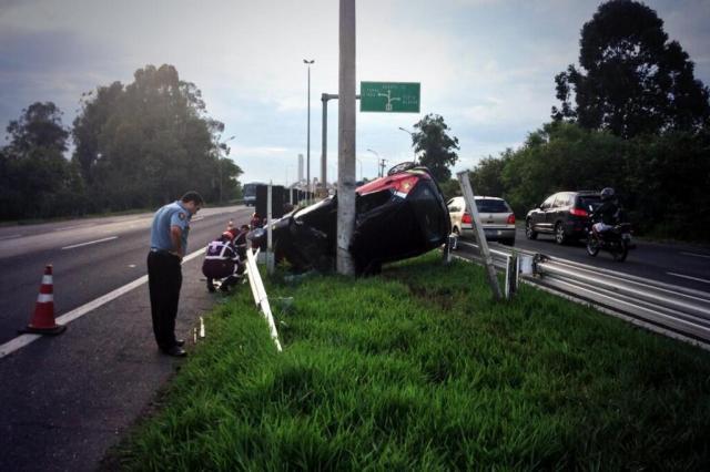 Homem morre após capotagem perto da ponte do Guaíba, em Porto Alegre Mateus Ferraz/Rádio Gaúcha