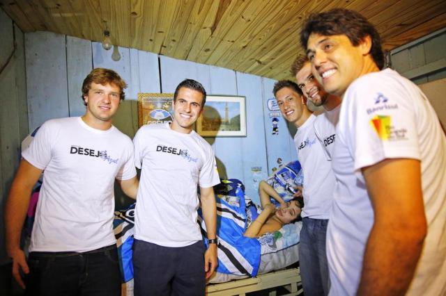 Goleiros do Grêmio visitam garoto baleado na coluna em Porto Alegre Omar Freitas/Agencia RBS