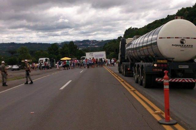 Moradores de Flores da Cunha protestam por melhorias na ERS-122 neste domingo Lisiane Salgado/Divulgação