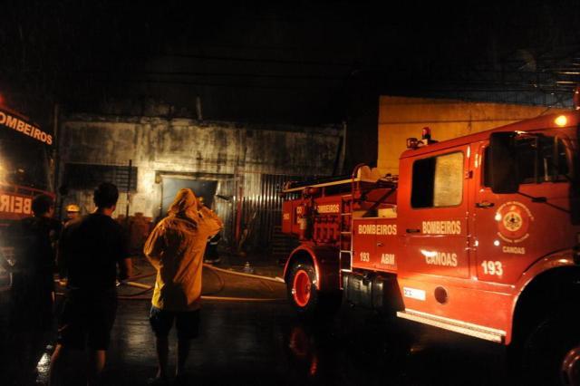 Depósito de autopeças é destruído por incêndio em Canoas Diogo Zanatta/Especial