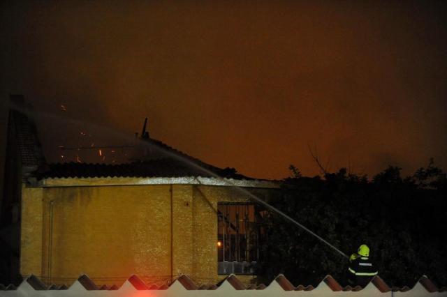 Bombeiros combatem novos focos de incêndio em loja de Porto Alegre Diogo Zanatta/Especial