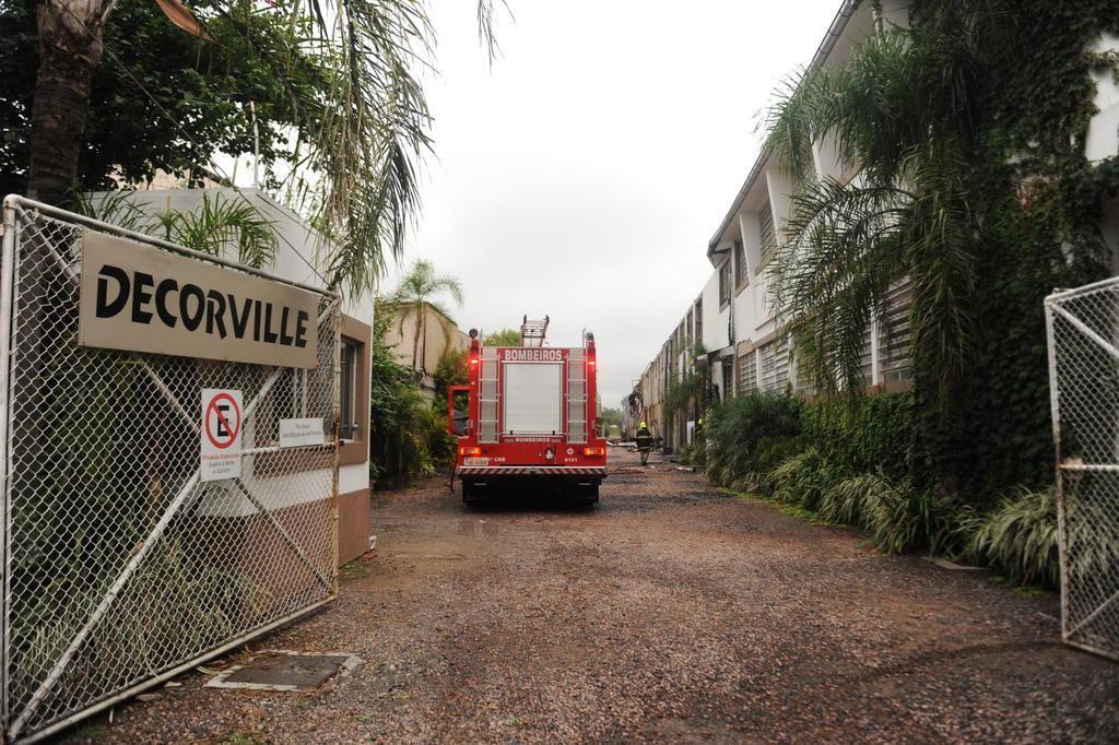 Aparador Blanco Barato ~ Bombeiros fazem rescaldo de inc u00eandio em loja de decoraç u00e3o na zona norte de Porto Alegre Zero Hora