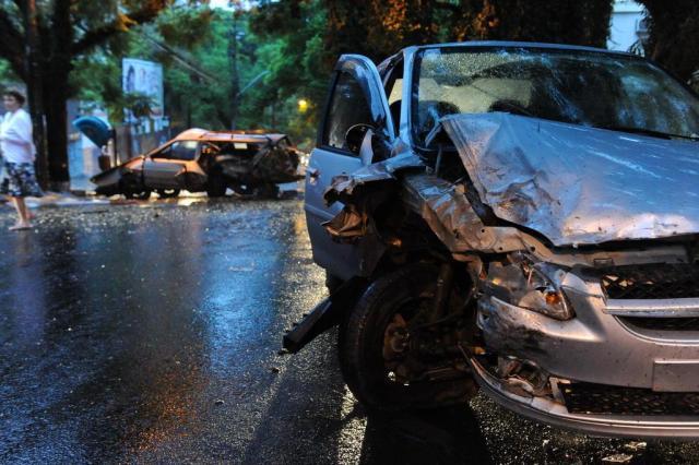 Foto: motorista abandona carro após colidir contra veículo estacionado em Porto Alegre Diogo Zanatta/Especial