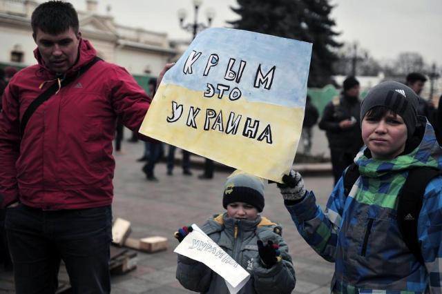 """Autoridades da Crimeia pedem calma e pregam """"solução pacífica"""" LOUISA GOULIAMAKI/AFP"""