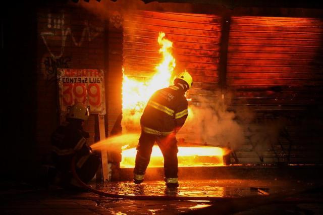 Incêndio atinge loja de móveis no bairro Azenha, em Porto Alegre Diogo Zanatta/Especial