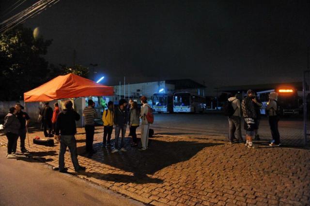 Manifestantes bloqueiam saída de ônibus em garagem da zona sul de Porto Alegre Diogo Zanatta/Especial