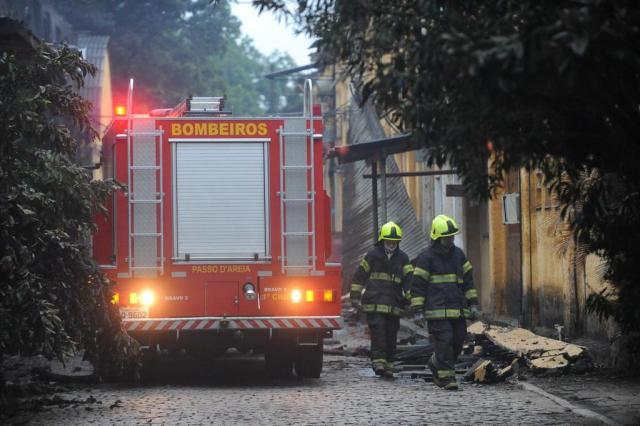 Bombeiros combatem foco de incêndio em fábrica que foi consumida pelo fogo na terça-feira em Porto Alegre Diogo Zanatta/Especial