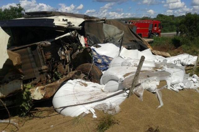 Colisão entre duas carretas deixa uma pessoa morta na BR-158 em Júlio de Castilhos  Divulgação/Polícia Rodoviária Federal