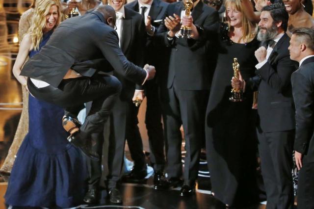 Steve McQueen faz história como primeiro diretor negro a ganhar um Oscar de melhor filme Lucy Nicholson/X90050
