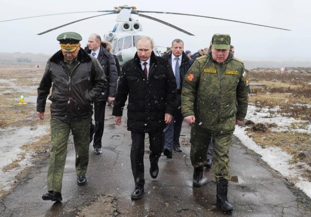 """Putin afrouxa aperto militar contra Ucrânia, mas afirma que """"não há presidente em Kiev"""" MIKHAIL KLIMENTYEV/RIA-NOVOSTI // AFP"""