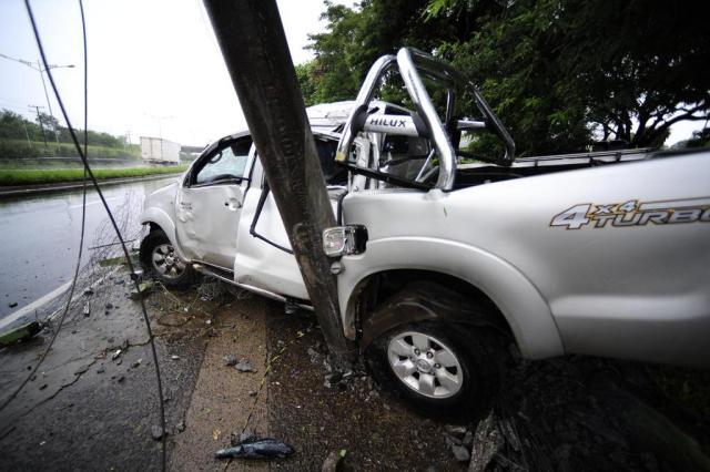 Caminhonete bate em poste na BR-116 em São Leopoldo Ronaldo Bernardi/Agencia RBS