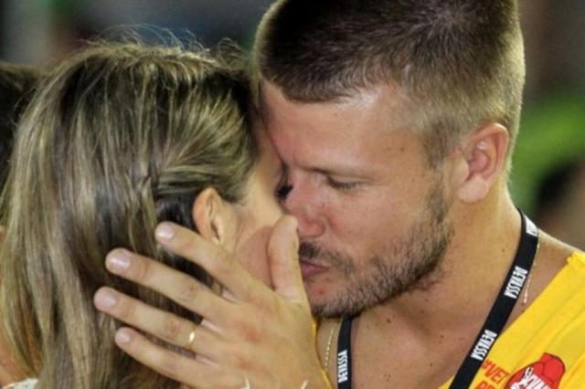 Fernanda Lima e Rodrigo Hilbert protagonizam beijo mais apaixonado do Carnaval  THYAGO ANDRADE/FOTO RIO NEWS / EGO/Divulgação