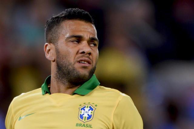 Daniel Alves elogia Felipão e, de tabela, critica Mano no comando da Seleção FABRICE COFFRINI/AFP