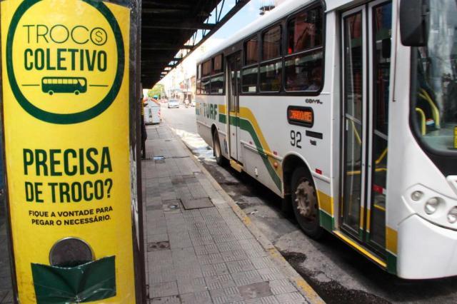 Projeto incentiva pessoas a deixarem trocado em paradas de ônibus para desconhecidos Jerônimo Gonzalez/Especial