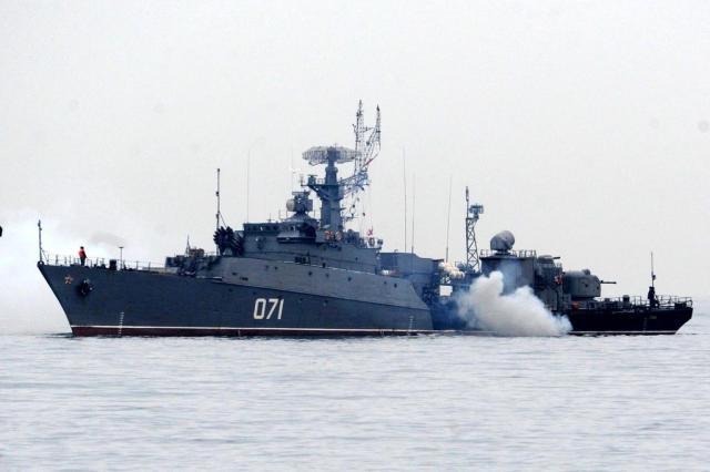 Dois navios de guerra russos atravessam o estreito de Bósforo rumo à Ucrânia VIKTOR DRACHEV/AFP