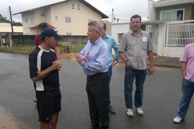 Udo Döhler visita casa de famílias afetadas pela chuva em Joinville Salmo Duarte/Agencia RBS
