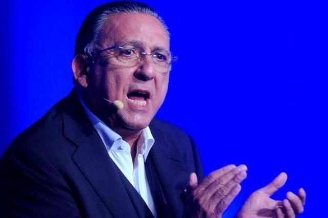 Galvão Bueno não narra gol de Oscar, pede desculpas e vira piada Francisco Cepeda/AgNews
