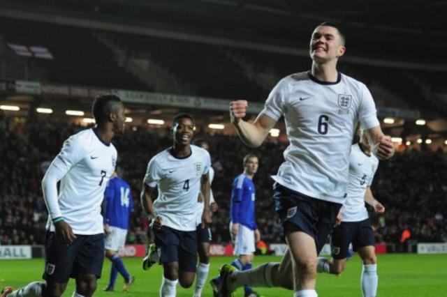 Seleção inglesa sub-21 convoca jogador, inscreve irmão gêmeo errado, e ninguém joga Divulgação/Football Association