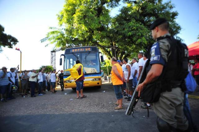 Garagens são liberadas e ônibus voltam a circular em Porto Alegre Carlos Macedo/Agencia RBS