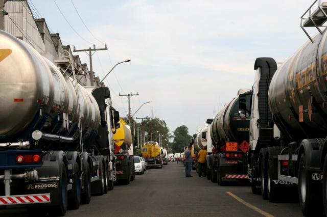 Sindiliquida bloqueia entrada e saída de caminhões da base petrolífera de Canoas da Ipiranga Charles Dias/Especial