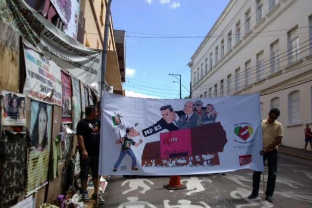 Integrantes do Movimento Santa Maria do Luto à Luta protestam com cartazes em frente ao prédio da Kiss Lizie Antonello/Agência RBS