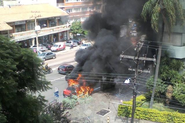 Táxi incendeia no bairro Petrópolis, em Porto Alegre Thais Furtado/Agencia RBS