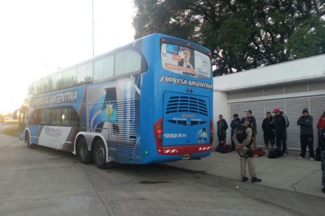 Ônibus de torcedores do Newell's são liberados, mas PRF prende três e recolhe facas na fronteira PRF/Divulgação/