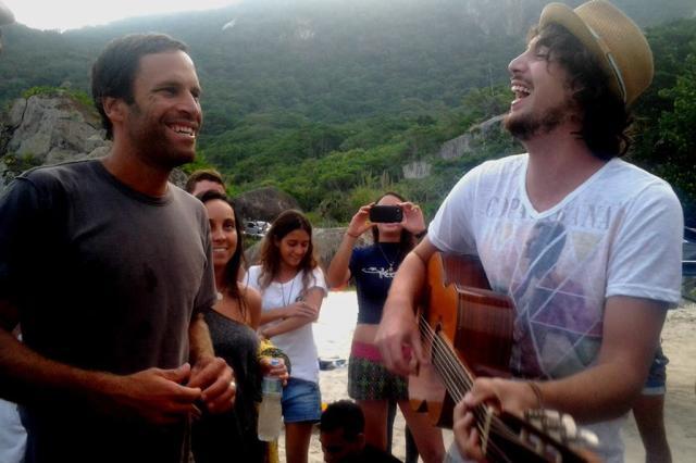 Farroupilhense faz jam com Jack Johnson em praia do Rio Joice Dias, Divulgação/