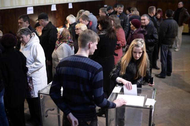 Pesquisa de boca de urna indica que 93% dos eleitores da Crimeia são a favor da anexação à Rússia DIMITAR DILKOFF/AFP