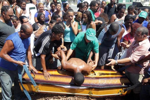 Moradores protestam após mulher morrer ao cair de viatura da Polícia Militar no Rio de Janeiro MARCOS DE PAULA/ESTADÃO CONTEÚDO