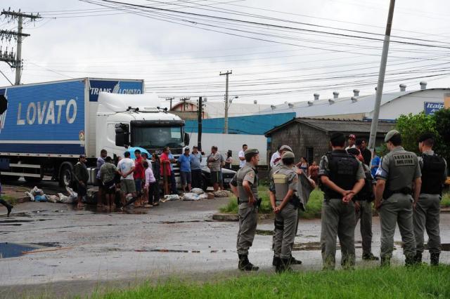 Moradores da zona norte de Porto Alegre bloqueiam via em protesto contra alagamentos Fernando Gomes/Agencia RBS