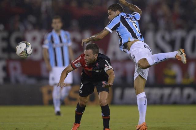 Rhodolfo marca nos acréscimos e Grêmio arranca empate diante do Newell's Juan Mabromata/AFP