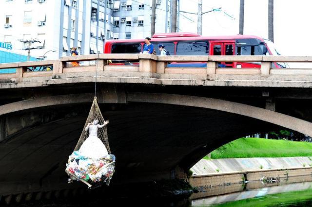 Artistas ficam pendurados sobre o Arroio Dilúvio para alertar sobre poluição das águas Fernando Gomes/Agencia RBS