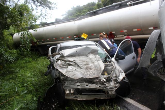 Acidente envolvendo um caminhão bitrem e dois carros deixa trânsito em meia pista na ERS-446, em Carlos Barbosa Claudir Pontin, Rádio Estação FM, Divulgação/