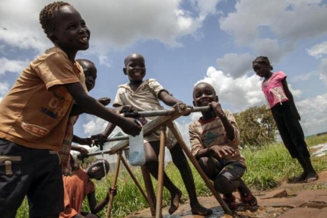Que tal ficar 10 minutos sem celular e garantir um dia de água potável para uma criança? Brian Sokol/Unicef / Divulgação