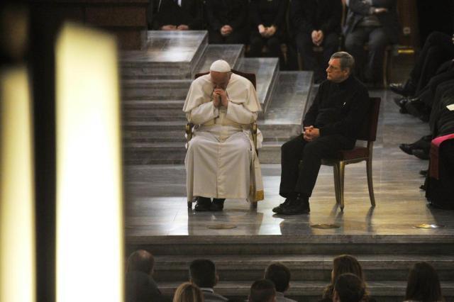 Papa Francisco ora com familiares de vítimas da máfia TIZIANA FABI/AFP