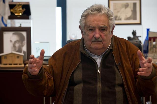 Mujica pede que EUA libertem cubanos em troca de presos de Guantánamo Daniel CASELLI/AFP