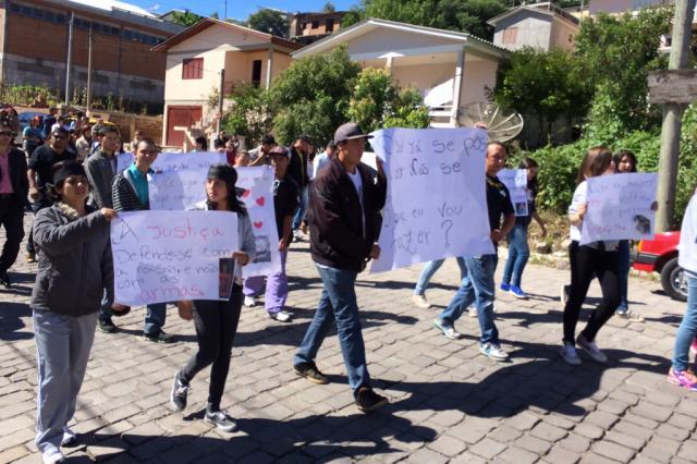 Familiares de jovens mortos pela BM de Bento Gonçalves protestam após missa de sétimo dia, neste domingo Rodrigo Chernhak, Agência RBS/