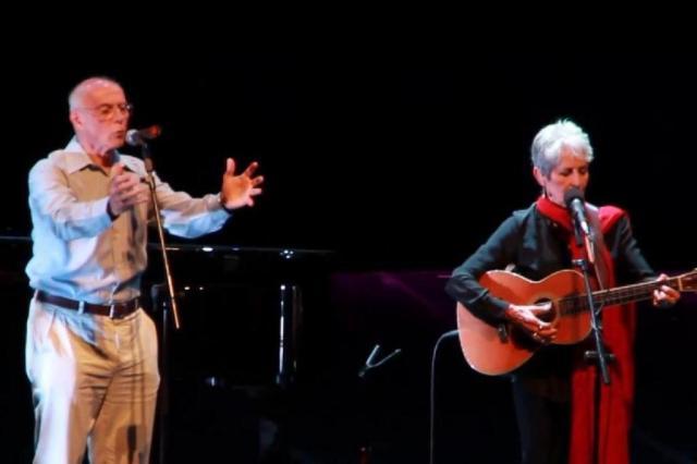 Joan Baez divide o palco com Geraldo Vandré e Eduardo Suplicy em São Paulo YouTube/Reprodução
