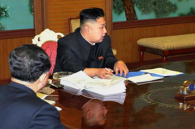 Kim Jong-un impõe o próprio corte de cabelo aos homens da Coreia do Norte KCNA via KNS/AFP
