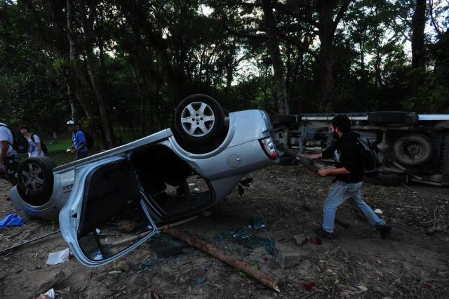 Policiais federais procuravam drogas enterradas no bosque da UFSC Marco Favero/Agencia RBS
