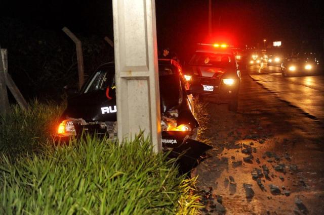 Motorista perde o controle e colide em poste na BR-116, em Sapucaia do Sul Diogo Zanatta/Agência RBS