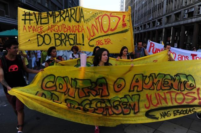 Estudantes protestam por mais educação e contra aumento da passagem de ônibus no centro de Porto Alegre Tadeu Vilani/Agência RBS