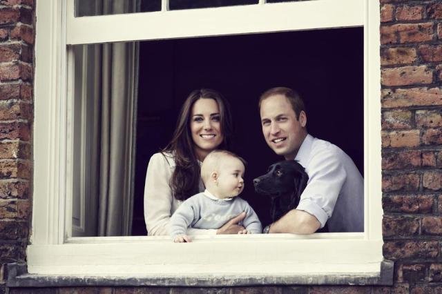 Compare: o príncipe George se parece mais com William ou Kate Middleton? Jason Bell/CAMERA PRESS / KENSINGTON PALACE / AFP
