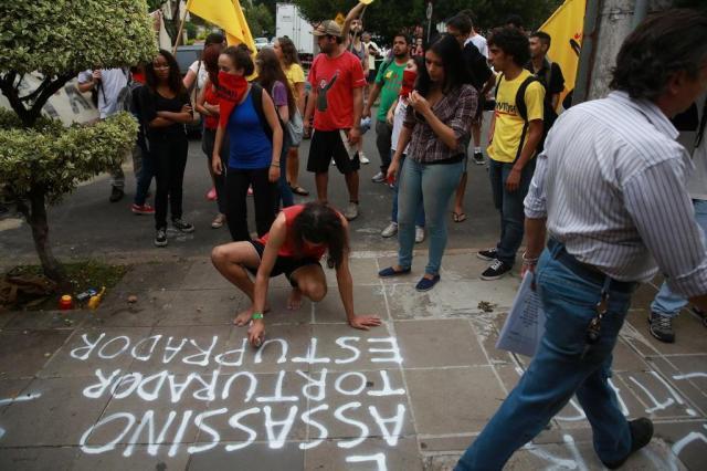 Manifestantes protestam em frente ao prédio de ex-diretor do DOPS  Diego Vara/Agencia RBS