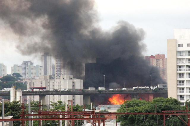Bombeiros controlam incêndio em favela de São Paulo EVALDO FORTUNATO/FUTURA PRESS/ESTADÃO CONTEÚDO