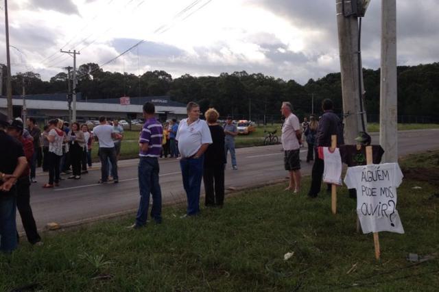 Cerca de 60 pessoas protestam na Rota do Sol, no trevo de Monte Bérico, em Caxias do Sul Jéssica Britto / Agência RBS/