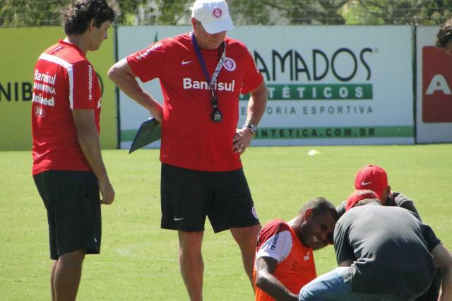 """Ernando deixa treino com dores no joelho, mas Abel tranquiliza: """"Só susto"""" Augusto Turcato/Agência RBS/"""
