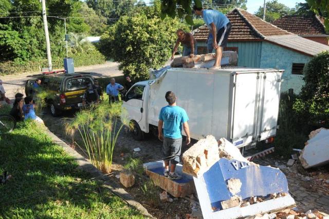 Caminhão é assaltado e bate em pórtico de cemitério em Santa Maria Fernanda Ramos/Especial