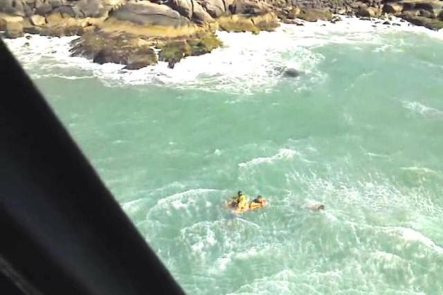 Homem de 25 anos é resgatado de helicóptero no mar da Praia Brava, em Florianópolis Bombeiros/Divulgação